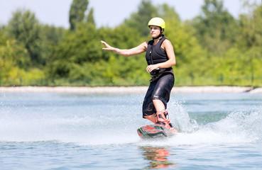 Frau beim Wassersport mit Geste