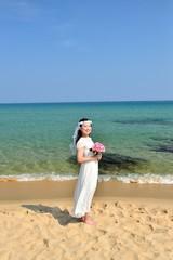 白いドレスを着た女性とビーチ