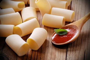 paccheri napoletani con cucchiaio di salsa di pomodoro