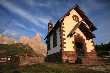 trentino dolomiti paesaggio di alta montagna chiesetta