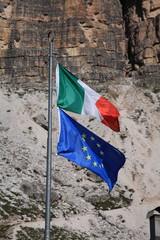 bandiere italia e comunità europea tre cime di lavaredo