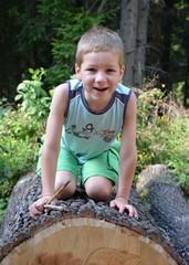 Junge spielt im Wald