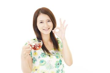 ティーを飲む笑顔の女性