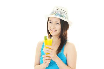 ジュースを飲む笑顔の女性