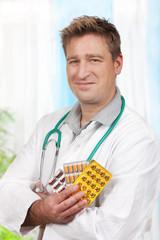 Arzt mit Tabletten