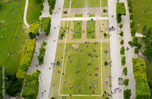 Leinwanddruck Bild Crowd of tourists relaxing in Champs de Mars gardens, under the