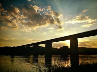 Autobahnbrücke am Abend