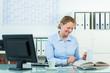 businessfrau sucht informationen in einem buch