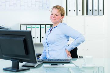 geschäftsfrau mit rückenschmerzen