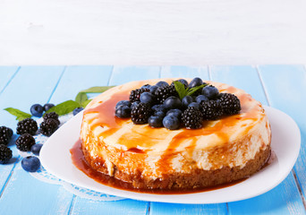 Cheesecake with caramel and berries