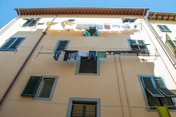 Facciata palazzo panni stesi, centro storico, Pisa