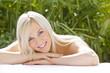 Junge hübsche Frau entspannt