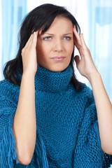 Junge Frau mit Kopfschmerzen - Innenaufnahme