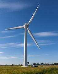 Windkraftanlage auf blauem Himmel