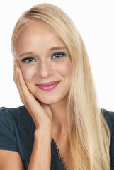 Junge blonde Frau lächelnd schaut ins Kamera
