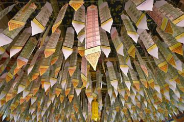 Billetes de banco en un templo budista, Tailandia