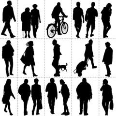 Silhouettes de passants dans un square