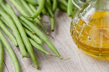 Fagiolini o cornetti verdi freschi sul tavolo