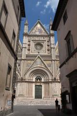 Un uomo guarda il Duomo di Orvieto (Umbria, Italia)