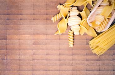 Teigwaren auf einem Holzbrett