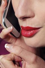 femme donnant un appel téléphonique érotique