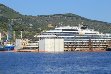 Lateral view of the wreck of Costa Concordia