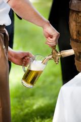 Bier zapfen, ozapft is