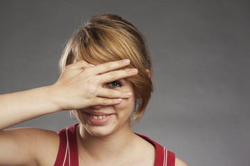 Teenager Mädchen schaut durch die Finger