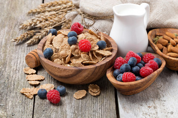 wholegrain flakes with fresh berries, nuts and milk