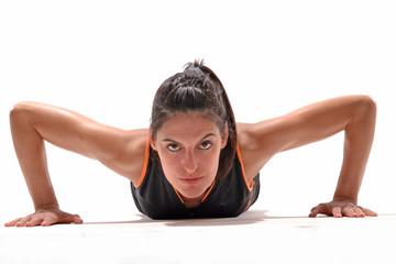 Mujer deportista haciendo flexiones,ejercitando.