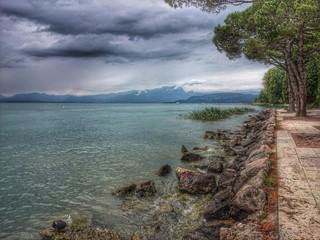 Nuvole grige sul lago