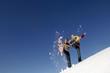 canvas print picture - Junges Paar Spritzer Schnee mit Schneeschuhen