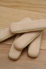 savoiardi_ biscotti su tavolo di legno