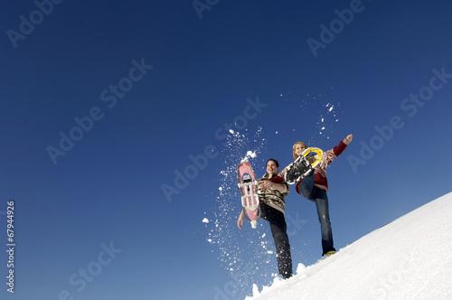 canvas print picture Junges Paar Spritzer Schnee mit Schneeschuhen