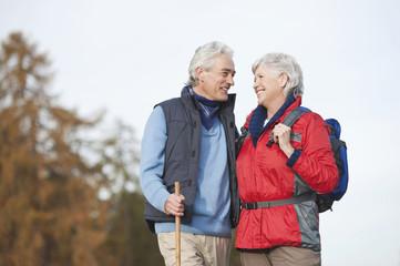 Älteres Paar Wandern in den Dolomiten