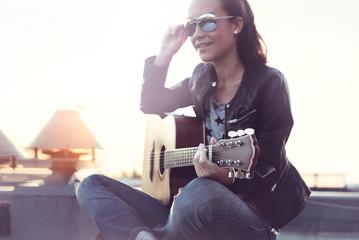 Dziewczyna z gitarą akustyczna