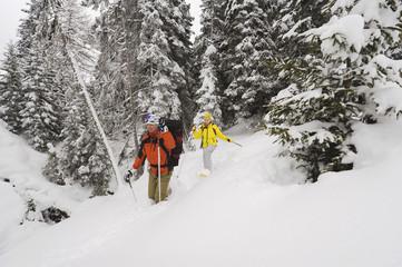 Italien,Südtirol,Mann und Frau Schneeschuhwandern