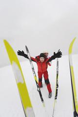 Italien,Südtirol,Paar in Winter,Ski im Vordergrund
