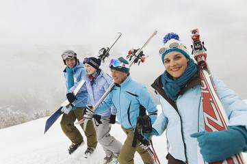 Italien,Südtirol, Personen,Skier über die Schulter
