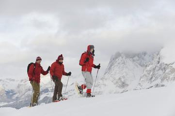 Italien,Südtirol,Drei in einer Reihe,Schneeschuhwandern