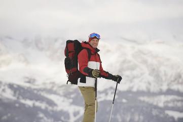 Italien,Südtirol,Mann Schneeschuhwandern