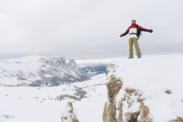Italien,Südtirol,Mann auf Berggipfel,Jubel