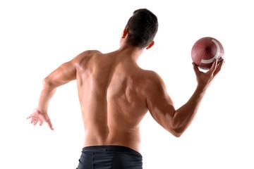 Jugador de rugby lanzando un balón.