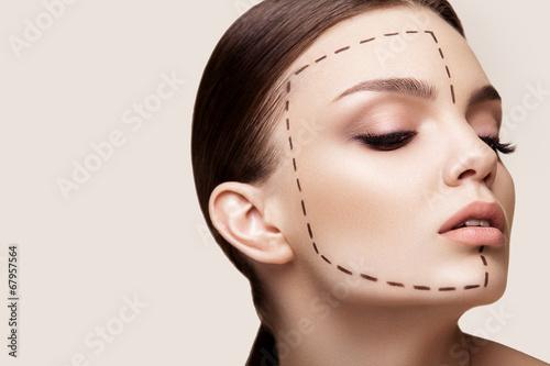 Piękne kobiety przed chirurgii plastycznej operacji kosmetologii. b