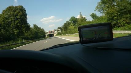Navi im Auto auf Autobahn
