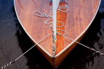 Bug eines Segelboots aus Holz
