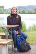 Junge Wanderin mit Rucksack