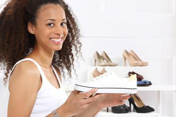 Trampki, adidasy,  dziewczyna kupuje buty