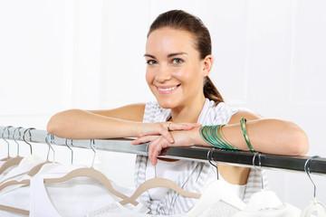 Sprzedawca, stylista, zakupy w sklepie odzieżowym