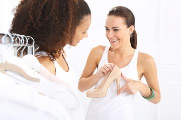 Wysoki obcas, kobiety mierzą obcas buta